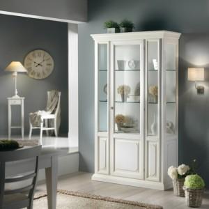 Klasična vitrina sa jednim vratima, izrađena je od masivnog drva, lakirana u bijelu boju. Može se naručiti i u drugim bojama.
