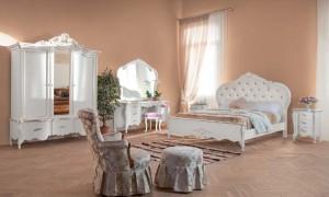Klasična spavača soba u bijeloj boji sastoji se od klasičnog ormara sa tri krila i tri ladice, klasičnog toaletnog stolića sa tabureom, klasičnog kreveta, klasičnih nočnih ormarića sa tri ladice, klasične fotelje u kompletu sa tabureom.