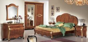 Klasična spavaća soba bojana u boju oraha sa svijetnim detaljima, sastoji se od klasičnog bračnog kreveta, klasičnog ormara, dva klasična nočna ormarića sa tri ladice, klasičnog ladičara sa četiri ladice i klasičnog ogledala.