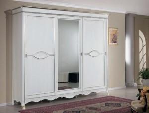 Klasični ormar sa kliznim vratima, bojan u bijelu boju.