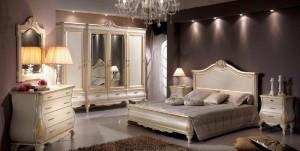 Klasična spavaća soba bojana u antik krem boju sa zlatnim detaljima, sastoji se od bračnog kreveta sa visokim uzglavljem, četverokrilnog klasičnog ormara sa ogledalima, dva noćna ormarića sa tri ladice, klasičnim ladičarem sa četiri ladice i ogledalom.