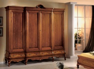 Klasični ormar sa četiri vrata i četiri ladice, bojan u boju oraha.