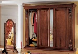 Ormar od masivnog drva sa tri klizna vrata, centralna vrata su sa ogledalom. U kompletu je i samostojeće ogledalo od masivnog drva. Sve je bojano u klasičnu boju oraha. Ormar se može izraditi i u drugim veličimama, te bojati u bilo koju drugu nijansu boje.