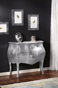 """Klasični stilski ladičar od masivnog drva """"tapkan"""" sa srebrnim listićima, koji ima dvije ladice sa ručkicama od swarovsli kristala. Može se naručiti u drugim bojama i drugim veličinama."""