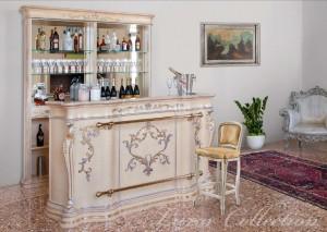 Klasični šank i mini bar u krem boji sa dekoracijama ručno farbanim.
