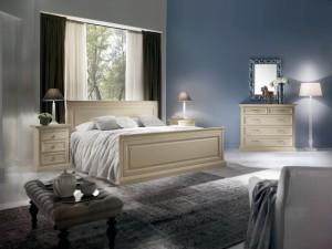Klasična spavaća soba, izrađena od masivnog drva, bojana u krem boju. Sastoji se od masivnog bračnog kreveta, dva noćna ormarića sa tri ladice, komode sa pet ladica i ogledala. ;ože se naručiti i u drugim bojama.