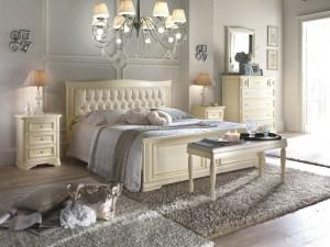 Klasična spavaća soba, izrađena od masivnog drva, bojana u krem boju. Sastoji se od bračnog kreveta sa zaglavljem u koži, dva nočna ormarića sa tri ladice, klupicom, ladičarom sa sedam ladica i ogledala. Može se naručiti i u drugim bojama.