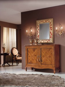 Klasična komoda sa dva vrata, izrađena od masivnog drva u boji svijetlog oraha. U kompletu klasično ogledalo. Može se naručiti u drugim bojama i veličinama.