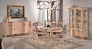 Klasična ručaona koja se sastoji od klasične komode sa rti ladice i tri vrata, klasične vitrine sa dva vrata, klasičnog stola u kompletu sa klasičnim stolicama. Stolice su kombinacija drva sa sjedištem i leđima presvučenim u tekstil cvijetne boje. Klasični dnevni dio izrađen od masivnog drva, bojan u krem boju sa srebrnim dekorima