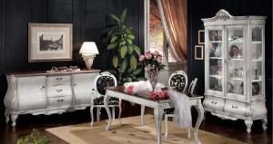 Klasična ručaona koja se sastoji od komode sa dva vrata i tri ladice, klasičnom vitrinom sa dva vrata i dvije ladice, klasični stol i stolice. Stolice su kombinacija drva i materijala u cvijetnom uzorku. Klasični dnevni dio izrađen od masivnog drva u antik bijeloj boji, za Vašu klasičnu ručaonu.
