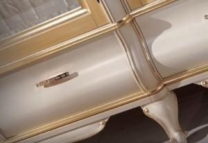 Klasični ormar bojan u antik krem boju sa zlatnim detaljima. Ručkica je od swarovski kristala