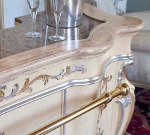 Detalj klasičnog šanka, bojanog u antik patiniranu krem boju, sa ručno bojanim detaljima, tapkanim sa srebrnim listićima.