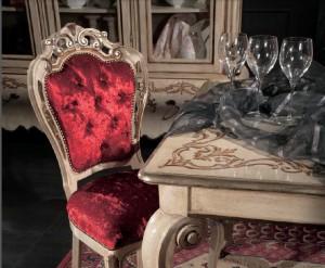 Klasični stol izrađen od masivnog drva, bojan u krem boju sa cvijetnim dekorima.