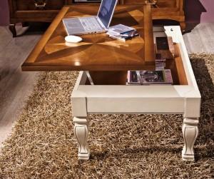 Klasični stolić bojan u antik bijelu boju u kombinaciji sa bpjom oraha. Ploča je izrađena u intarzijama koja se može dizati za odlaganje stvari. Može se naručiti i u drugim bojama i dimenzijama.