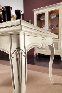 Detalj klasičnog stola bojanog u antik bijelu boju. Može se naručiti i u drugim bojama.