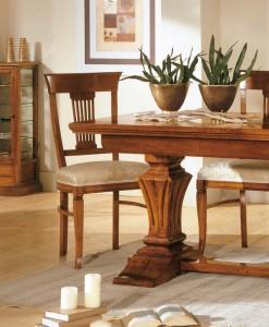 Klasični stol sa mogućnosti razvlačenja u boji oraha. U kompletu je klasična stolica sa sjedištem od tekstila.
