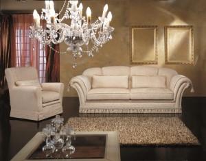 Klasični trosjed i fotelja u tkanini, koji ima velike mogučnosti slaganja u različitim veličinama. Sjedeći jastuci imaju mogućnost skidanja tkanine radi lakšeg održavanja. Veliki izbor tkanina, te mogućnost kombinacije boja bez nadoplate. U kompletu sa klasičnim trosjedom i foteljom, mogu se naručiti klasični dvosjed i klasična kutna garnitura.