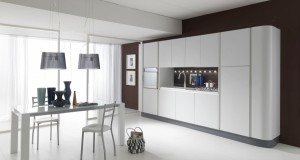 Moderna kuhinja od mediapana bojana u mat bijelu boju. Sastoji se od kolone za frižider i kolone za pećnicu, visećih elemenata koji spajaju dvije kolone, te baznih elemenata za sudoper i ploču za kuhanje. Ispod visećih elemenata su ugrađena neonska svijetla. Lijevi i desni bok kolona su zaobljenog oblika.