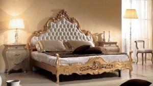 Klasičana spavača soba sa baroknim linijama izrađena od masivnog drva. Sastoji se od baroknog bračnog kreveta bojanog u krem zlatnu boju, dva nočna ormarića sa tri ladic i klasičnog taurea.