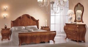 Klasična spavača soba u boji oraha sa cvijetnom dekoracijom izređena je od masivnog drva. Sastoji se od bračnog kreveta, dva klasična nočna ormarića. klasičnog ladičara i klasičnog ogledala.