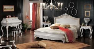 Klasična soba bojana u bijelu boju sa zlatnim detaljima sastoji se od bračnog kreveta, dva noćna ormarića sa jednom ladicom, sekretara sa klasičnim tabureom i klasične stolice sa rukonaslonima.