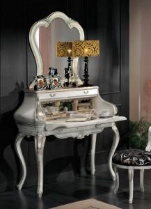 Klasični sekretar izrađen od masivnog drva u baroknom stilu. Bojan u antik bijelu boju sa zlatnim dekorima.