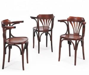 Klasična stolica od drva, bojana u klasičnu smeđu boju. Sjedište od drva, koje se može naručiti i u slami ili tekstilu.