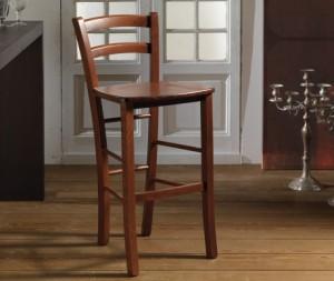 Barska stolica od drva, bojana u klasičnu smeđu boju. Sjedište od drva, koje se može naručiti i u slami ili tekstilu.