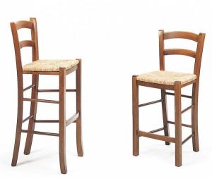 Barske stolice od drva, bojane u klasičnu smeđu boju. Sjedište od slame, koje se može naručiti i u drvu ili tekstilu. Stolice se proizvode u dvije različite visine.