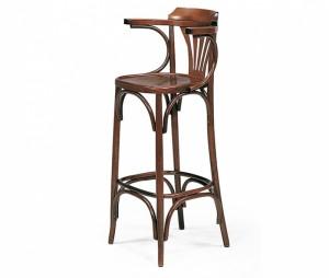 Klasična barska stolica od drva, bojana u klasičnu smeđu boju. Sjedište od drva, koje se može naručiti i u slami ili tekstilu.