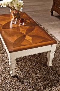 Klasični stolić bojan u antik bijelu boju sa pločom bojanom u boju oraha sa pločom u intarzijama. Može se naručiti u bilo kojim bojama i dimenzijama.