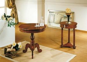 Klasični stolići u boji oraha izrađen od masivnog drva. Ima jednu centralnu nogu. Klasični stolić u boji oraha sa tri noge i lednom ladicom.