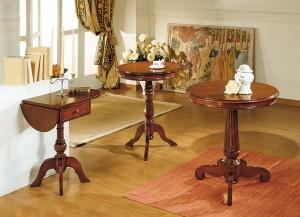 Klasični stolići bojani u boju trešnje. Svi imaju jednu centralnu nogu. Mogu se naručiti u drugim bojama.
