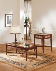 KLasični stolići u boji oraha. Mogu se naručiti u drugim bojama i veličnama. Viši stolić ima mogućnost otvaranja ploče za odlaganje stvari.