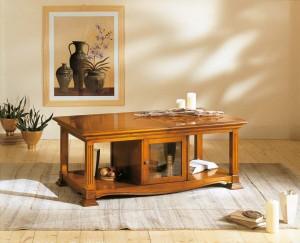 Klasični stolić od masivnog drva u boji oraha. Ispod ploče ima mini bar koji se otvara sa obe dvije strane.