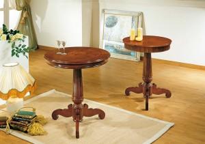 Klasični stolići u boji oraha sa jednom centralnom nogom. Dvije različite veličine ploče.