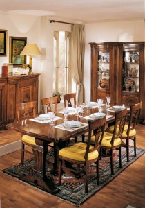 Klasična blagavaona izrađena od masivnog drva u boji oraha. Stol se razvlači, te je u kompletu sa masivnim stolicama sa sjedištem od tkanine. Može se naručiti u drugim bojama i tkaninama.