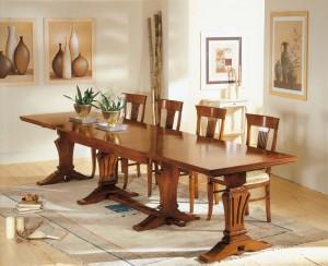 Klasična blagavaona izrađena od masivnog drva u boji oraha. Klasični stol koji ima mogućnost razvlačenja je u kompletu sa drvenim stolicama koje imaju sjedište u tkanini. Može se sve naručiti u drugim bojama i tkaninama.