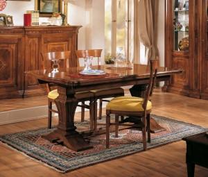 Klasična blagavaona izrađena od masivnog drva u boji oraha. Klasični stol ima mogućnost razvlačenja, sa njim u kompletu su klasične stolice koje imaju sjedište u tkanini. Sve se može naručiti u drugim bojama drva i drugim materijalima.