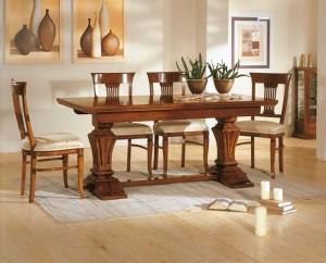 Klasična blagavaona izrađena od masivnog drva u boji oraha. Klasični stol ima mogućnost razvlačenja, te je u kompletu sa drvenim stolicama koje imaju sjedište u tkanini. Sve se može naručiti u drugim bojama i tkaninama.