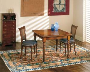 Klasična blagavaona izrađena od masivnog drva u boji oraha. Klasični stol sa pločom u Toskanskoj intarziji 100x100 cm. (otvoreni 200x100) - Klasična stolica sa sjedištem u tkanini. Može se naručiti u drugim bojama i tkaninama.