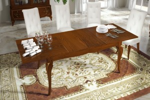 Klasična blagavaona izrađena od masivnog drva u boji oraha. Klasični stol na razvlačenje u kompletu sa klasičnim stolicama koje imaju drvene noge, a ostalo je sve presvučeno u bijelu kožu.