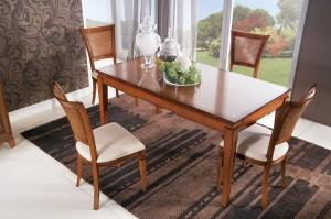 Klasična blagavaonica u boji svijetlog oraha. Stol na razvlačenje u kombinaciji sa stolicama koje imaju sjedište od tkanine i leđa od slame Vienna. Može se sve naručiti u drugim bojama i materijalima.