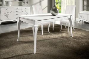 Klasična blagavaona izrađena od masivnog drva u bijeloj boji sa dekorom.