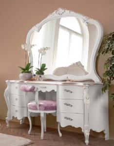 Klasični toaletni stol sa sedam ladica u kompletu sa klasičnim ogladalom izrađeni od masivnog drva. Bojano je u bijelu boju.