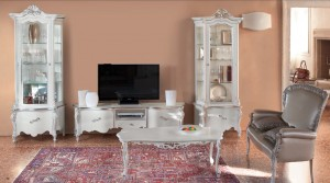 Klasični dnevni boravak u baroknom stilu za vaš klasični dnevni dio, sastoji se od: klasične vitrine sa jednom ladicom i jednim vratima, klasične Tv komode sa tri ladice, klasičnog stolića i dvosjeda u eko koži. Lakirano je u bijelu boju sa srebrnim detaljima.