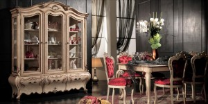 Klasična ručaona koja se sastoji od klasične vitrine sa tri staklena vrata i tri drvena vrata, te u kompletu klasični stol sa klasičnim stolicama. Klasični dnevni dio izrađen od masivnog drva, bojan u krem boju sa srebrnim dekorima.