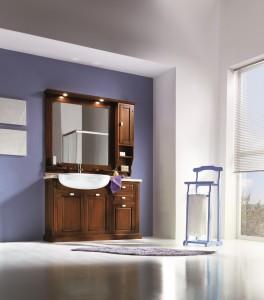 Klasična kupaonica koja se sastoji od lavaboa sa 3 vrata i 2 ladice, iznad kojeg je ogledalo i viseći ormarić sa 1 vratima i 2 otvorene police. Elementi su bojani u klasičnu boju oraha, ploča lavaboa je od mramora u prošaranoj bijeloj boji, dok je lavabo od keramike u bijeloj boji. U kompletu se mogu naručiti i razni drugi elementi za kompletirati kupaonicu.