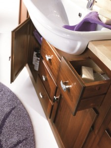 Klasični lavabo sa mramornom pločom prošaran u bijeloj krem boji i keramičnim lavaboom u bijeloj boji. Drveni elementi su u klasičnoj boji oraha.