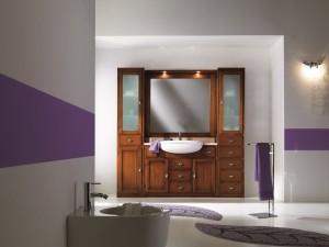 Klasični kupaonski regal sa ladicama, vratima i ogledalom. Bojan u klasičnu boju oraha. Ljevo i desno od ogledala regal ima vrata od stakla. Ploča lavaboa je u mramornoj ploči bijelo krem prošarane boje, dok je lavabo keramični u bijeloj boji.